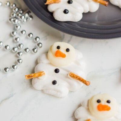 Whip-up these super cute Meringue Snowmen cookies this holiday season. They're sweet, adorable and super fun to make with the kids! #meltedsnowmencookies